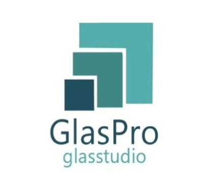 medewerker glas in lood atelier